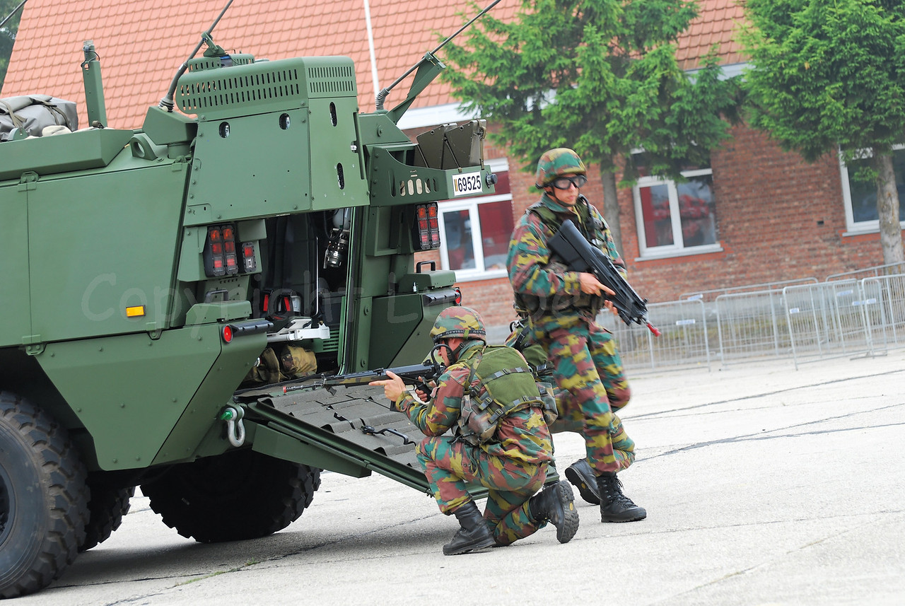 Just in service: the brand new AIV (Armoured Infantry Vehicle) Piranha IIIC manufactured by MOWAG that will replace the Leopard 1A5 MBT in the Belgian Army. Infantry soldiers are deploying. The soldiers wear goggles by Revision Eyewear and handle FN (assault) rifles. The one jumping out of the AIV handles the brand new FN F2000 assault rifle.