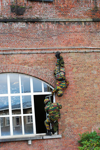 Paratroopers descending in rappel and entering a house in a hostage rescue operation (HRO) training session.