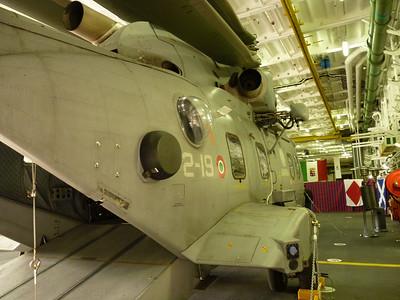 aw-101 nell'hangar