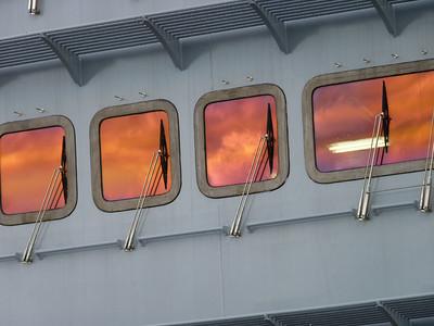Nubi riflesse nei vetri dell'isola della Cavour
