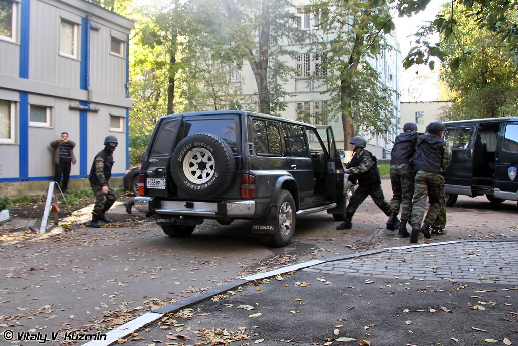 Воспитанники ДВПК Протемей продемонстрировали показательное задержание преступников (Cadets from Prometheus club showed criminals arrest pokazukha)
