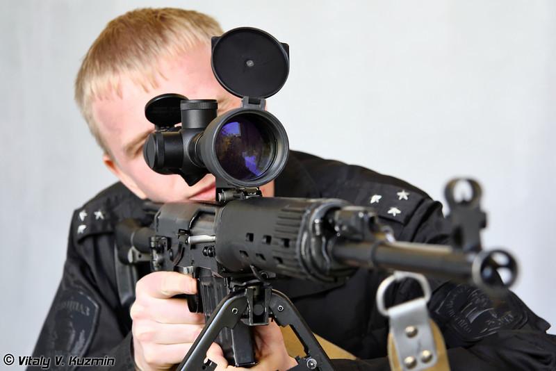 Боец одного из штурмовых отделений ОСН Сатурн также присматривался к снайперским винтовкам. В данном случае к СВД-С (OSN Saturn rifleman trying SVD-S sniper rifle)