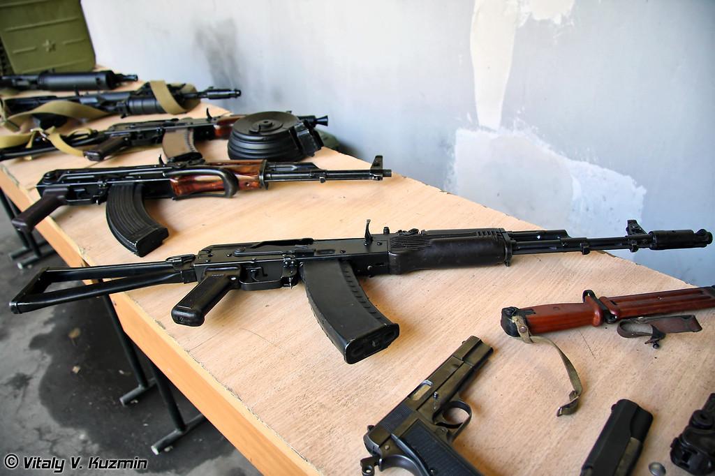 Коллекционеры оружия устроили небольшую выставку. ОСН Сатурн также выставил некоторые образцы штатного оружия, используемого в отделе. (There was also organized an exhibition of small arms for the children)