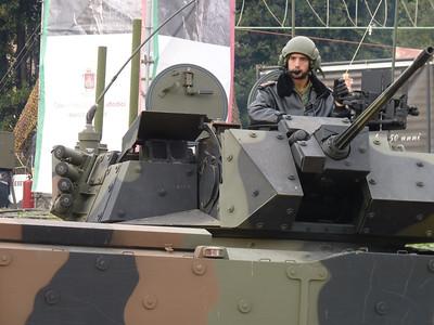 Freccia - la protezione sopra gli appparati ottici si muove in sincrono con l'elevazione del cannone da 25mm