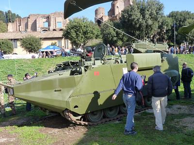 VAL - veicolo anfibio leggero (mi pare). Insomma: un M113 più moduli Arisgator per farlo andar per mare (con cautela)