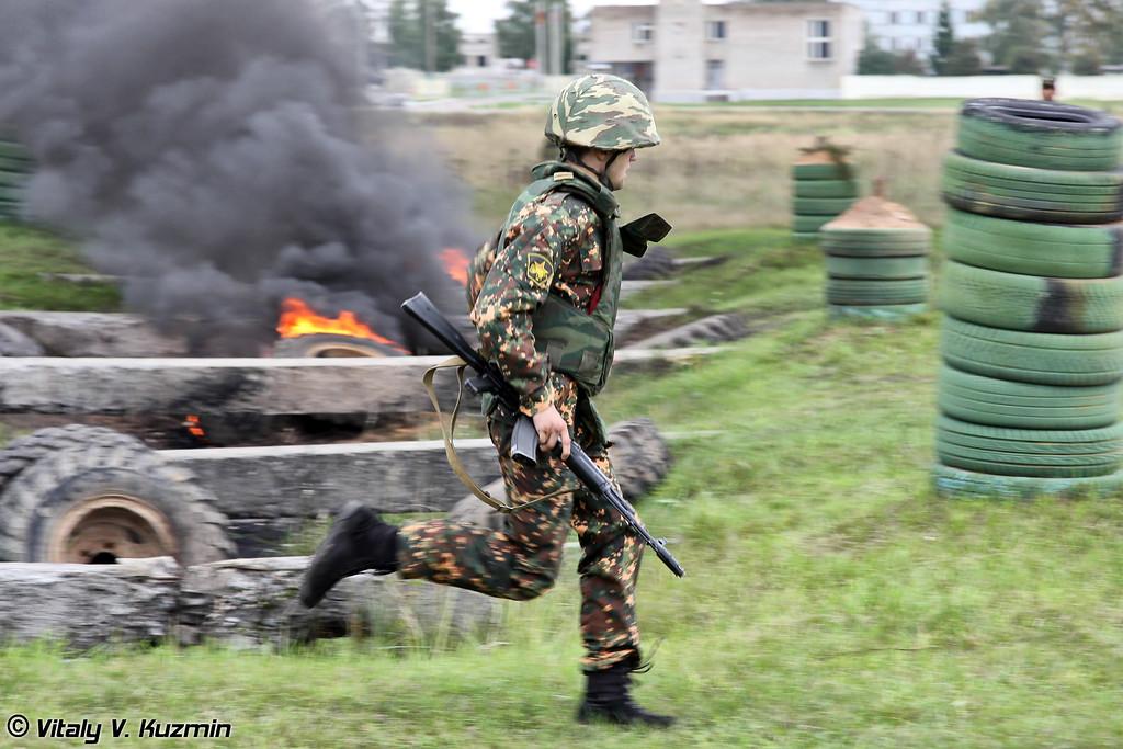 После стрельбы участники приступили к прохождению полосы препятствий (Obstacle course)