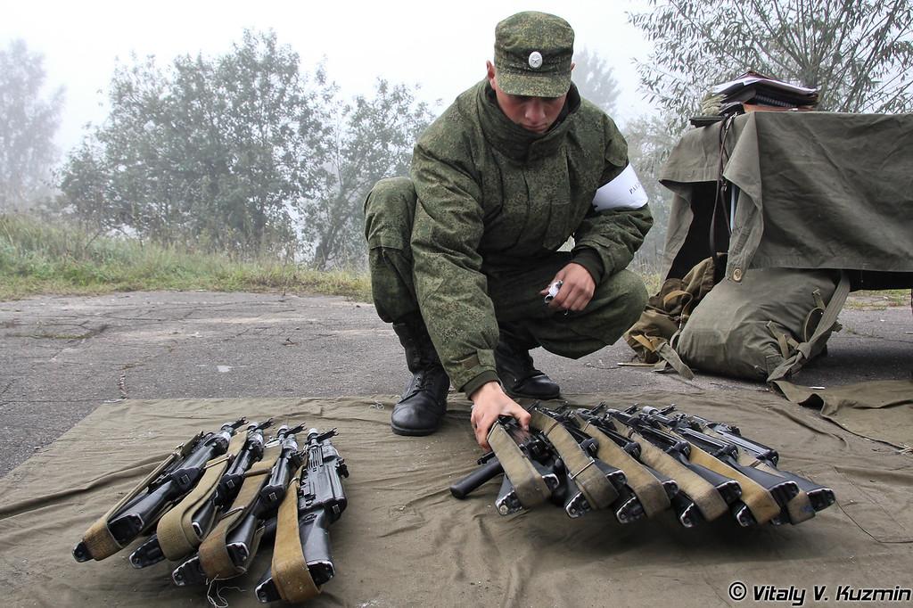 Раздатчик готовит оружие (The soldier prepares the guns)