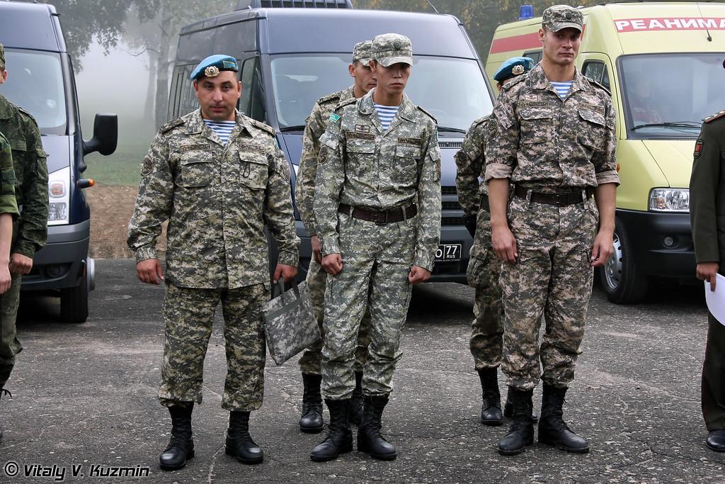 Команда республики Казахстан, все участники также десантники и проходят службу в Аэромобильных войсках РК. (Members from Kazakhstan team are also paratroopers and serve in Airmobile troops)