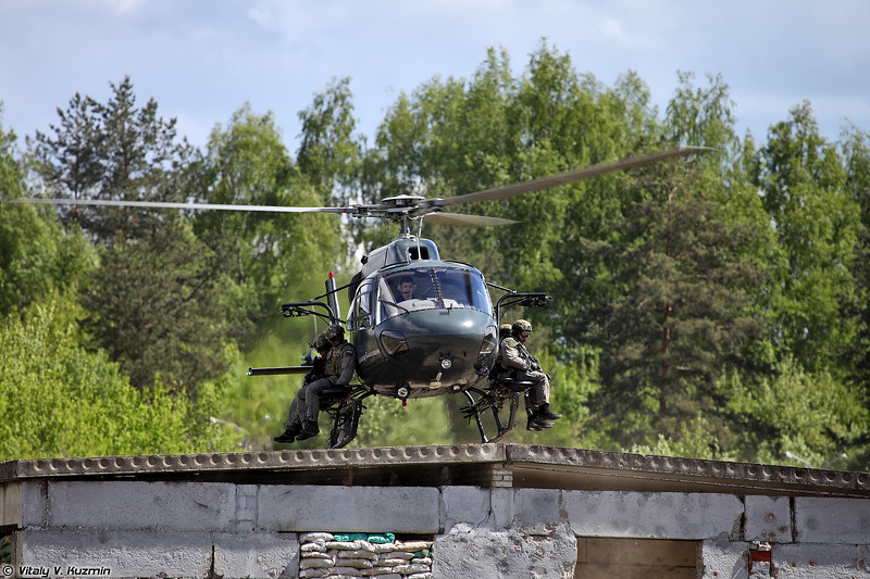 AS355N Ecureuil 2 АОСН Ястреб Росгвардии высаживает группу СОБР Рысь (AS355N Ecureil 2 from Special Purpose Aviation Detachment Yastreb landed a group of SOBR Rys' operators)