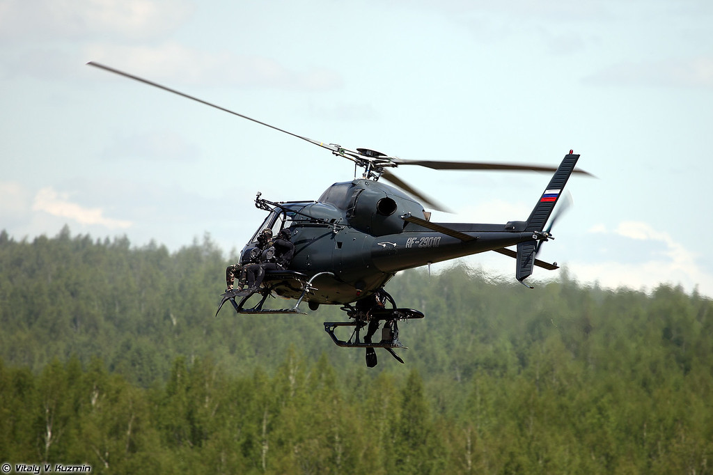 AS355N Ecureuil 2 АОСН Ястреб Росгвардии высаживает группу боевых пловцов (AS355N Ecureil 2 from Special Purpose Aviation Detachment Yastreb landed a group of combat divers)