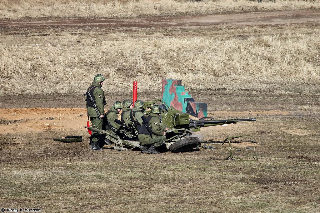 Действия тактической группы поддерживает расчет ЗУ-23 (ZU-23)