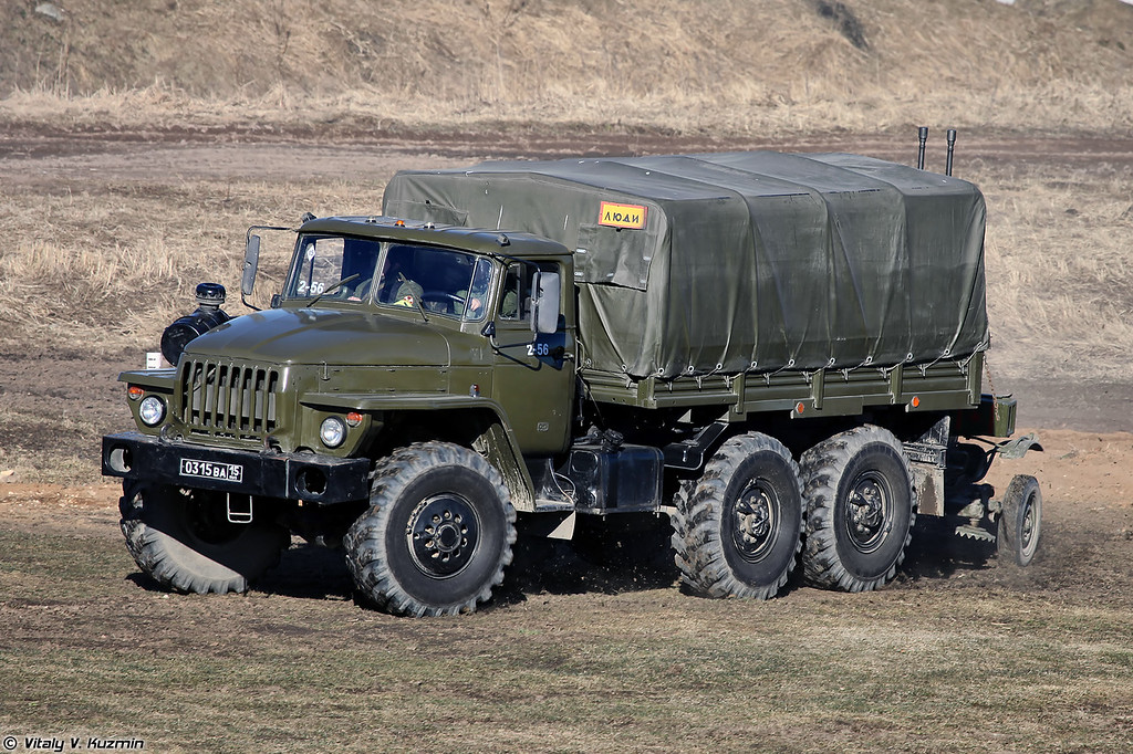 Урал-4320 буксирует зенитную установку ЗУ-23 (Ural-4320 and ZU-23)