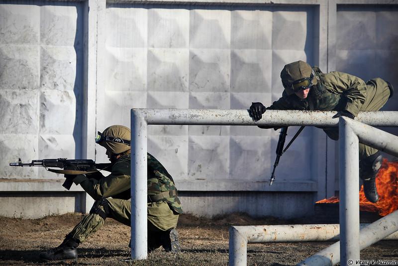Военнослужащие 33-го ОСН Пересвет в составе подразделения преодолевают огненно-штурмовую полосу (Operators from 33rd Special Purpose unit Peresvet surmount the assault course)