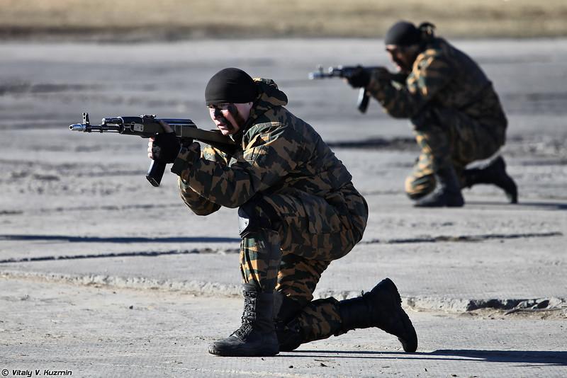 В заключение другая группа 33-го ОСН Пересвет показала приемы рукопашного боя (Operators from 33rd OSN Peresvet showed hand-to-hand combat skills and some nice acrobatics)
