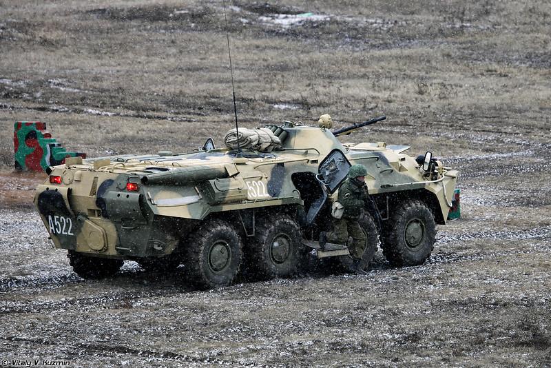 БТР-80 выдвигается на позиции в составе батальонной тактической группы и ведет огонь по условной бандгруппе (BTR-80 moved to the position)