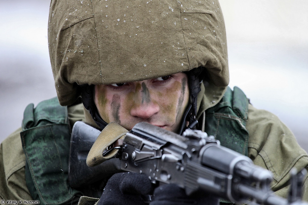 Военнослужащие 33-го ОСН Пересвет в составе подразделения преодолевают огненно-штурмовую полосу (Operators from 33rd Special Purpose unit Peresvet surmounted the assault course)
