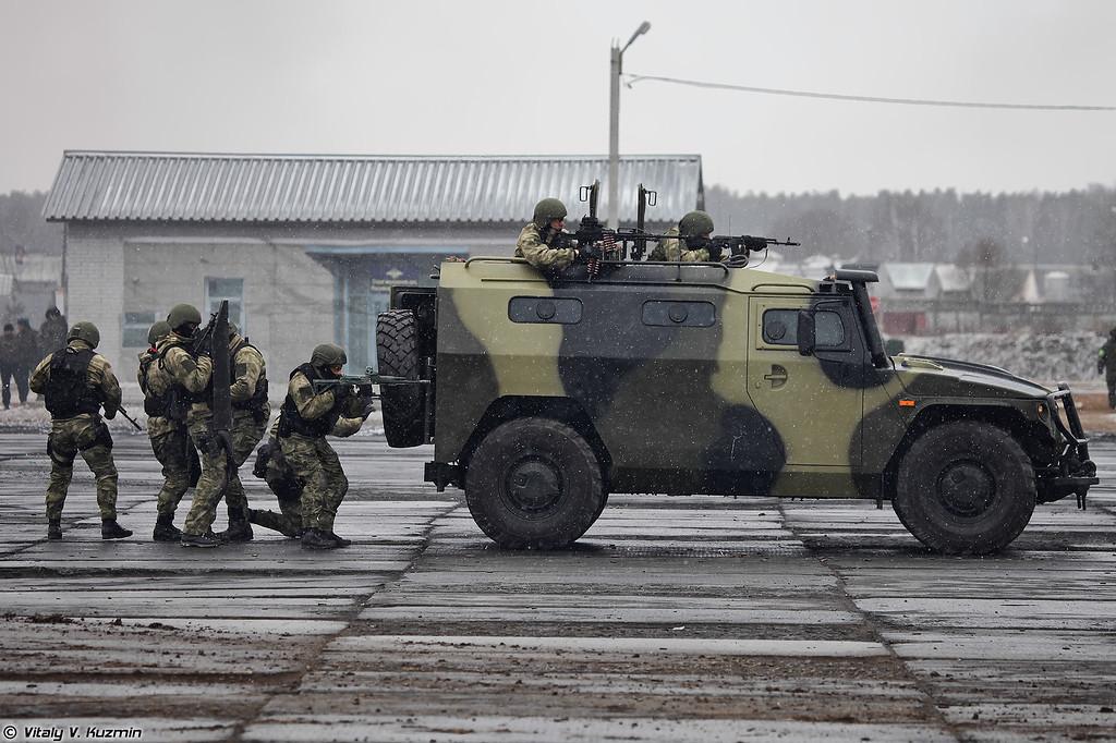 Демонстрация тактики действий группы 604-го ЦСН по уничтожению противника под прикрытием ГАЗ-233036 СПМ-2 и бронещитов (Demonstration of tactical shooting of 604th Special Purpose Center operators under cover of GAZ-233036 SPM-2 armored vehicle and armored shields)