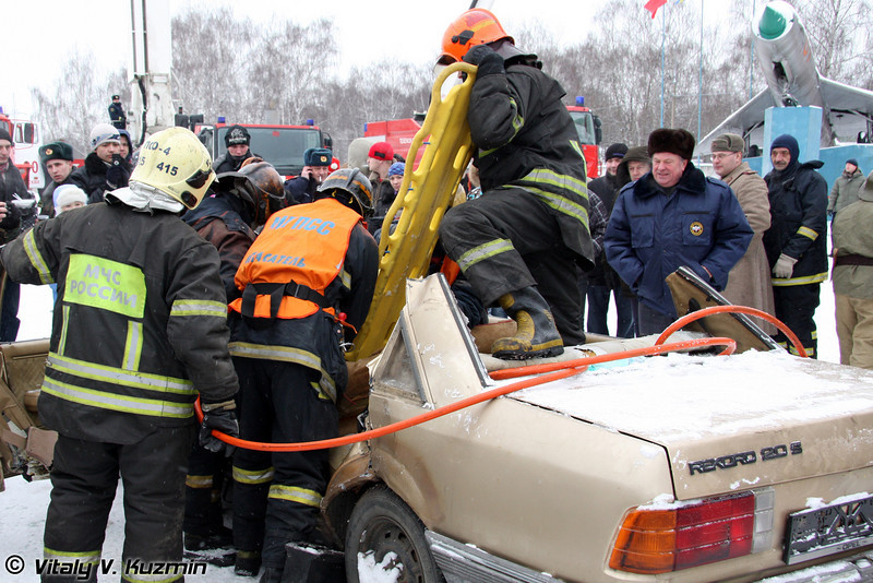 В заключение было показательное извлечение пострадавшего из автомобиля (Some show with emergency actions)