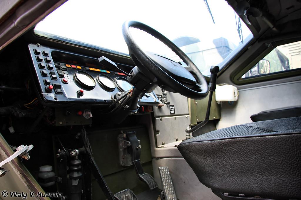 Модернизированный КАМАЗ-43269 Выстрел с измененным лобовым стеклом, стеклоочистителями, перенесенным воздухозаборником и установленной системой очистки воздуха (Updated KAMAZ-43269 Vistrel with new windscreen and wipers, updated air intake and NBC protection system)