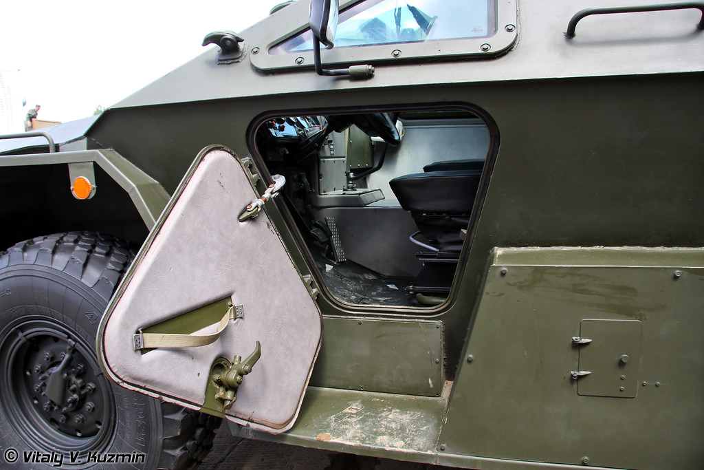 Модернизированный КАМАЗ-43269 Выстрел с измененным лобовым стеклом, стеклоочистителями, перенесенным воздухозаборником и установленной системой очистки воздуха (Updated KAMAZ-43269 Vystrel with new windscreen and wipers, updated air intake and NBC protection system)