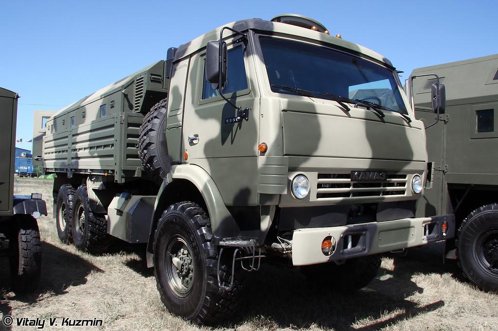 Бронированный КАМАЗ-5350 с защищенным многофункциональным модулем ММ 501, обеспечивающим защиту личного состава по 5 классу (Armored KAMAZ-5350 with multi-functional armored module MM 501)