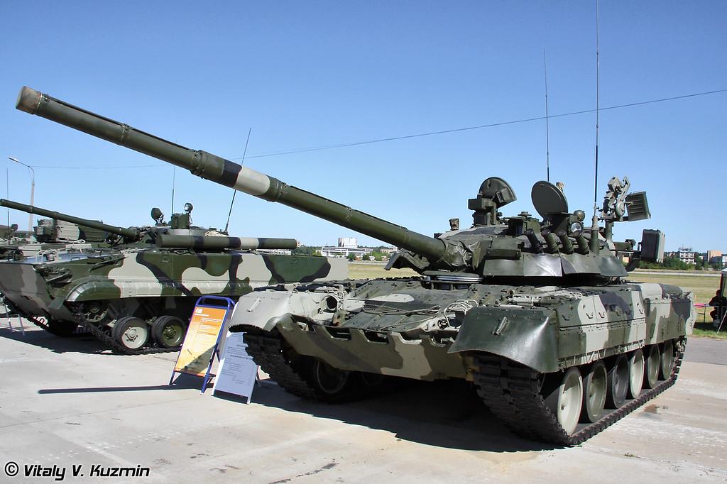 На данном Т-80У установлен новый комплекс управления огнем 45М, в состав которого входят прицел-дальномер 1Г46М, комплекс командира Агат-М, стабилизатор, информационно-управляющая система и датчиковая аппаратура. (This T-80U has upgaded fire control system 45M)