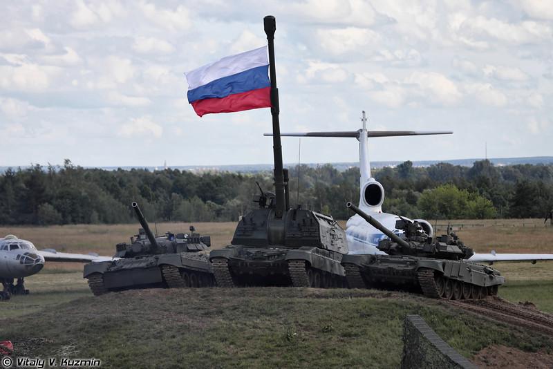 Завершал показ совместный выезд танков и САУ (The final scene of the show)