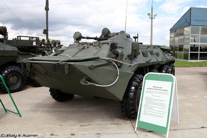 БТР-80 с программно-техническим комплексом для выполнения задач уровня рота-взвод-отделение (BTR-80 with program-technical system for company-platoon-squad command level)