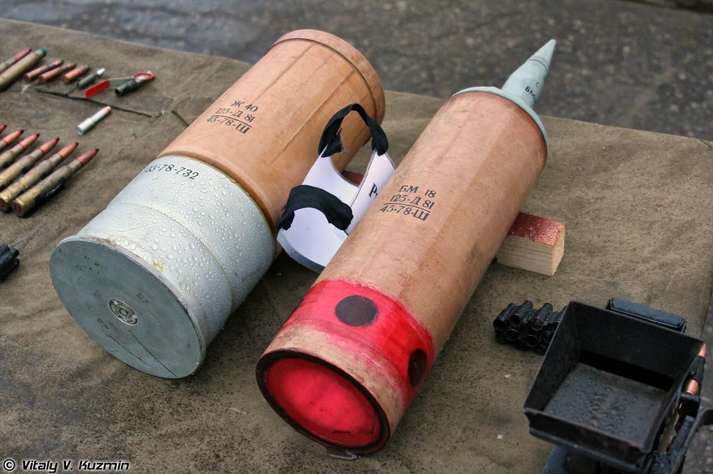 На фото выстрел 3ВБМ-8, состоящий из снаряда 3БМ-18 и заряда Ж40 (3VBM-8 shot with 3BM-18 projectile and Zh40 charge)