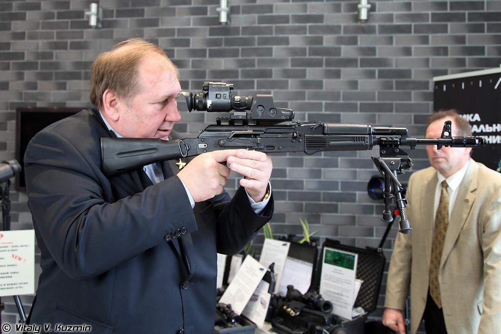 Сергей Иванович Лысюк и прибор ночного видения Dedal-370 (Sergey Lysyuk and Dedal-370 night vision sight)