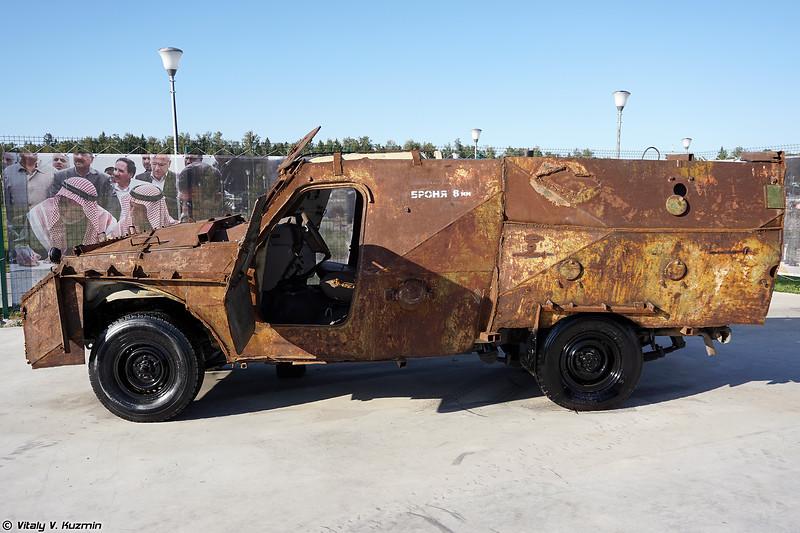 Кустарно изготовленный бронеавтомобиль на базе Toyota Land Cruiser (Improvised armored vehicle on Toyota Land Cruiser base)