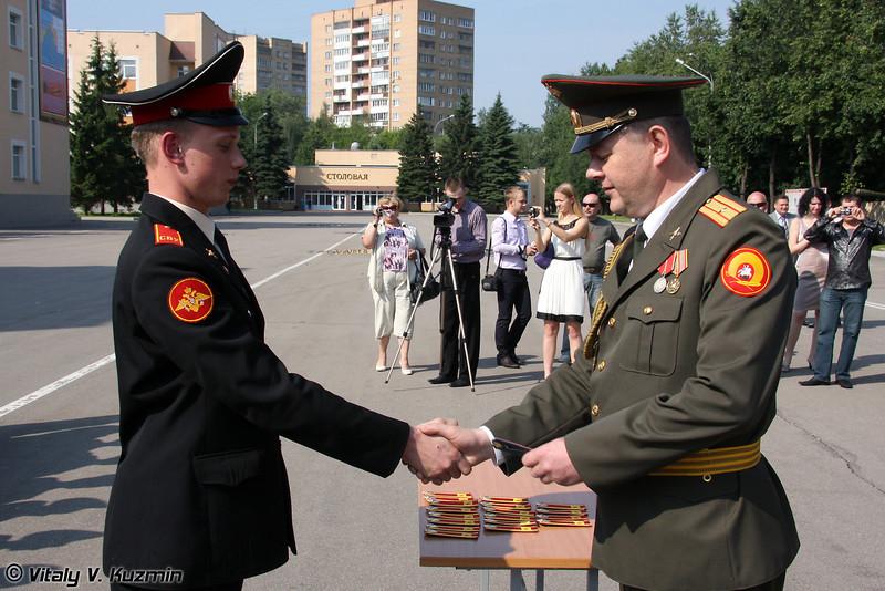 Вручение знака об окончании училища (Presenting the graduation badge)