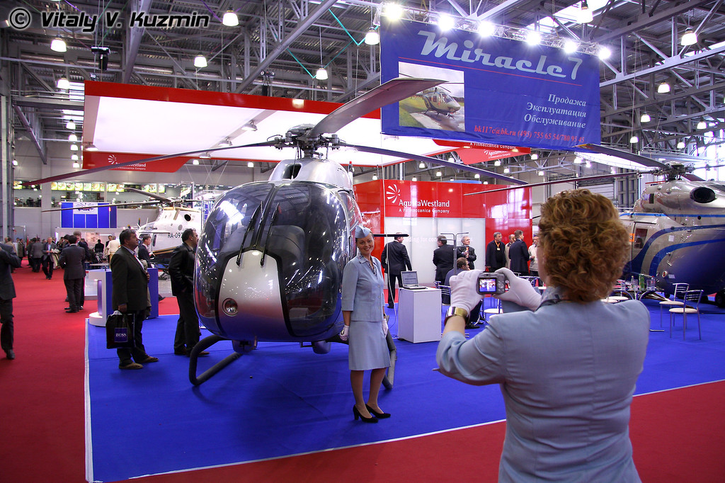 Стендистки Еврокоптера (ladies from Eurocopter booth)