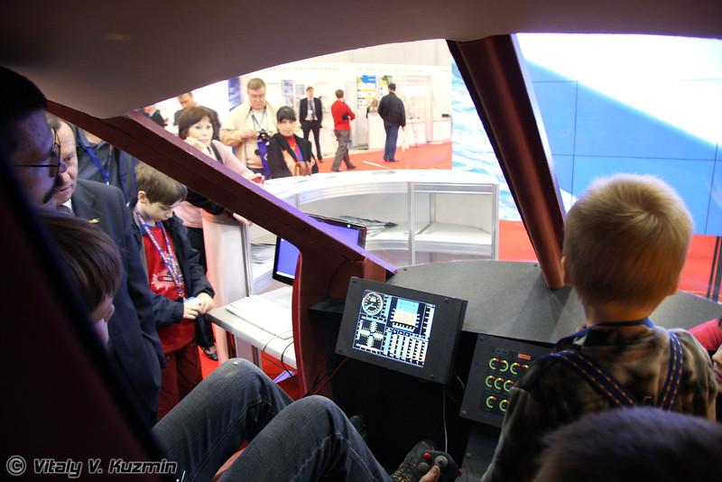 Пилотажный стенд вертолета RUMAS A-245 пользовался самой большой популярностью у детей (RUMAS A-245 flight simulator was very popular for kids)
