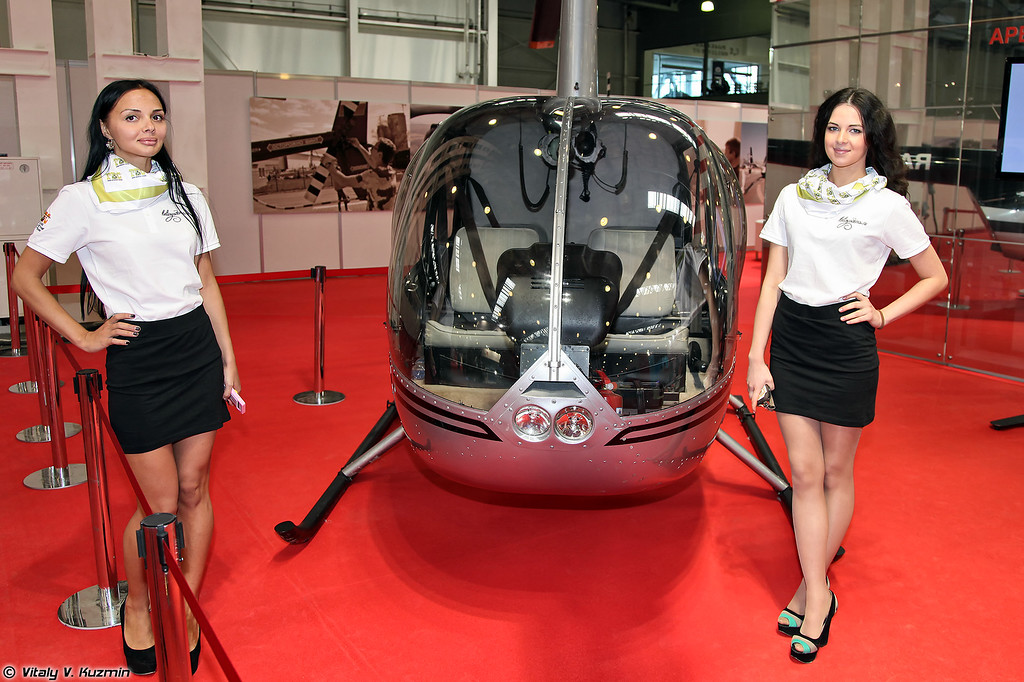 Девушки и Robinson (Ladies with Robinson helicopter)
