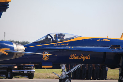 Blue Angles F/A 18E Super Hornet Boeing F/A-18E/F Super Hornet is a twin-engine 4.5 generation[3][4] carrier-based multirole fighter aircraft. The F/A-18E single-seat variant and F/A-18F tandem-seat variant are larger and more advanced derivatives of the F/A-18C and D Hornet. The Super Hornet has an internal 20 mm gun and can carry air-to-air missiles and air-to-surface weapons. Additional fuel can be carried with up to five external fuel tanks and the aircraft can be configured as an airborne tanker by adding an external air refueling system.