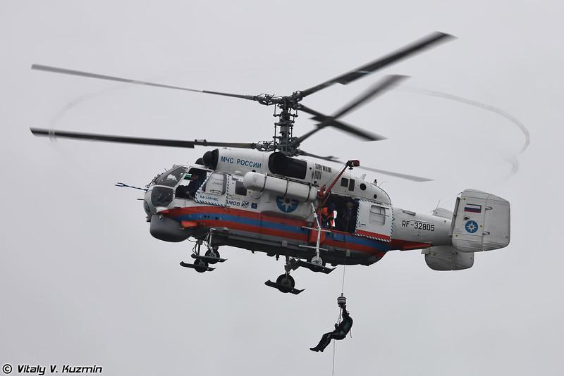 Ка-32А11ВС десантирует аквалангистов на водную поверхность для оказания помощи (Ka-32A11VS)