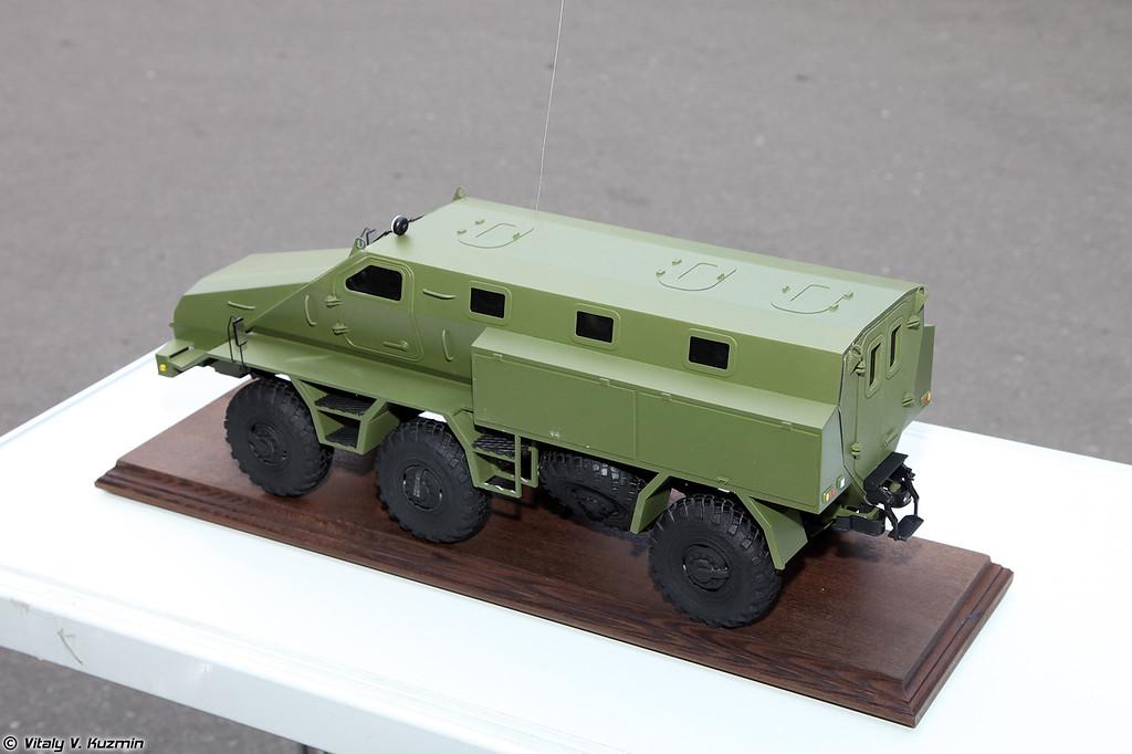 Модель бронеавтомобиля на базе КАМАЗа также от МГТУ. (Model of perspective armored vehicle on KAMAZ chassis.)