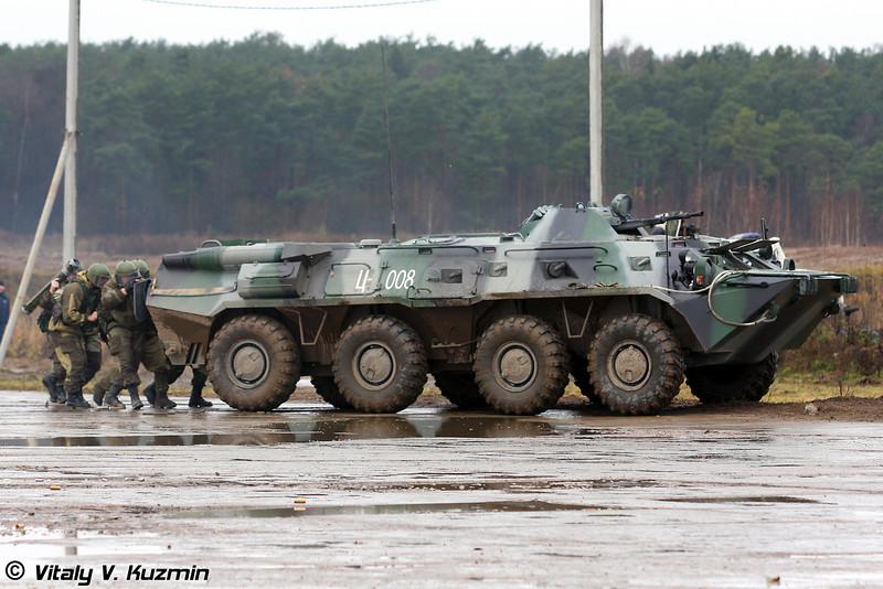 Вторая группа - под прикрытием БТР-80М (The second group used BTR-80M cover)