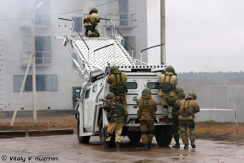 Первая штурмовая группа выдвигается на разградительно-заградительном спецавтомобиле для преодоления препятствий и проникновения в здания Абаим-Абанат (First assaul group used new special police vehicle Abaim-Abanat)
