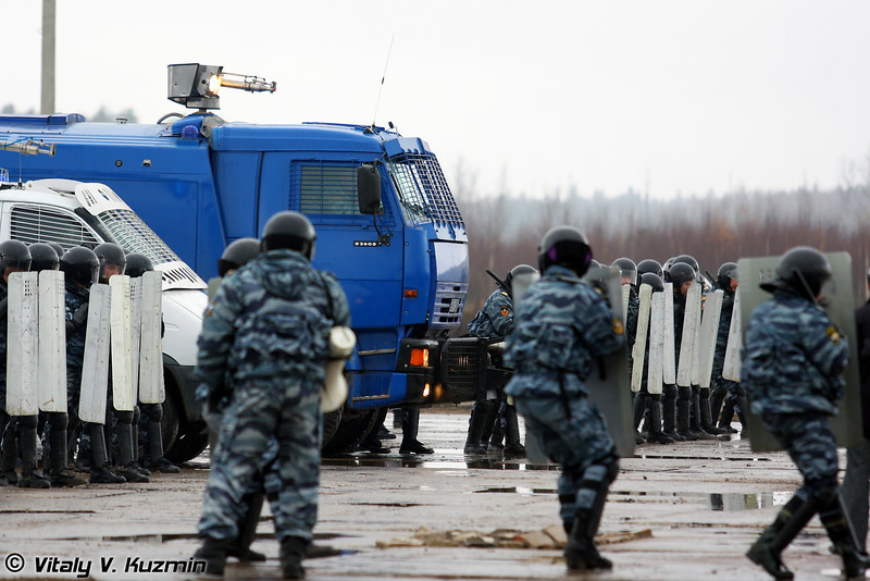 Тактика действий ОМОН по предупреждению и пресечению групповых и массовых нарушений общественного порядка (Moscow OMON Anti-riot actions)