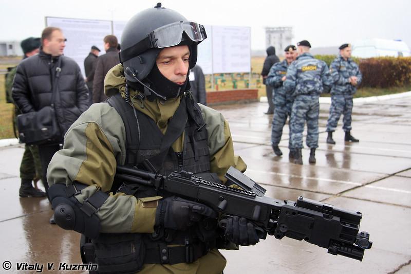 Сотрудник спецподразделения рассказывает об израильском приспособлении для стрельбы из-за угла Cornershot (Israeli made Cornershot)