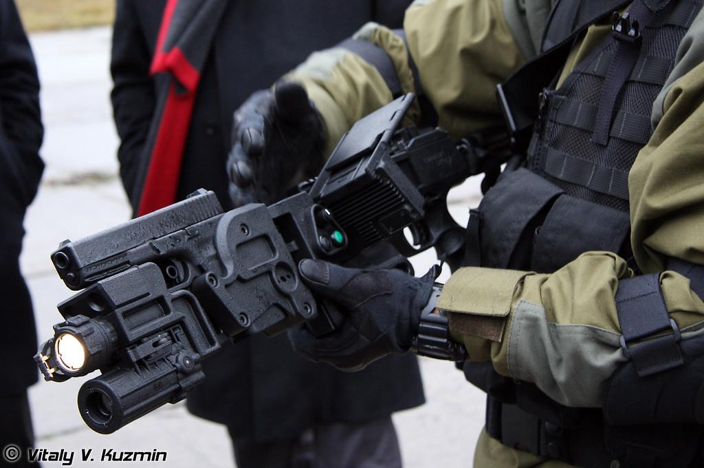 Используется с пистолетом Glock-17 (Cornershot was used with Glock-17)