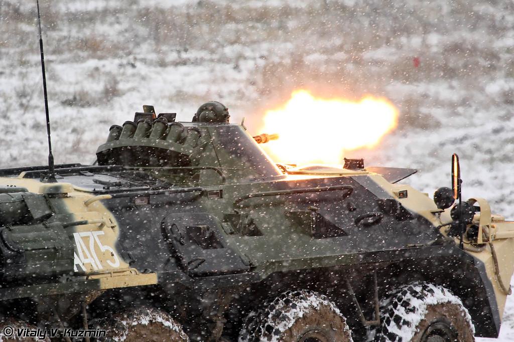 Штурм здания. БТР-80 ведет стрельбу из КПВТ (Building assault. BTR-80 KPVT shooting)