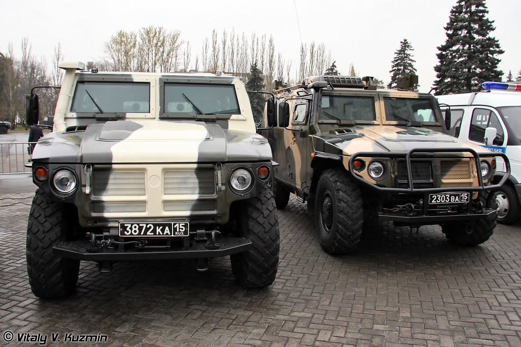 ГАЗ-233036 Тигр и командно-штабная машина Р-145 БМА (GAZ-233036 Tigr and R-145 BMA command vehicle)
