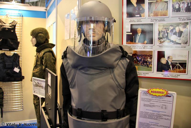 Бронежилет Скорпион и щиток защитный Скат-СП для сотрудников инженерно-саперных подразделений (Skorpion bulletproof vest and Skat-SP face guard for field engineers)