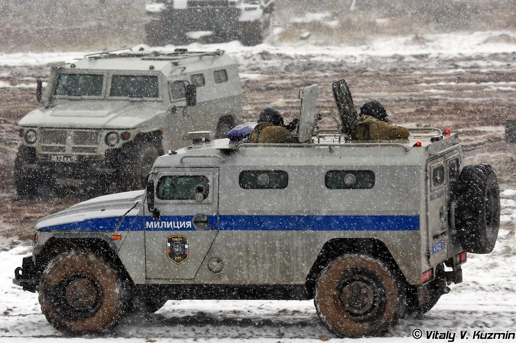 Специальный полицейский автомобиль СПМ-2 с сотрудниками ОМОН Зубр МВД России (SPM-2 with OMON Zubr officers)