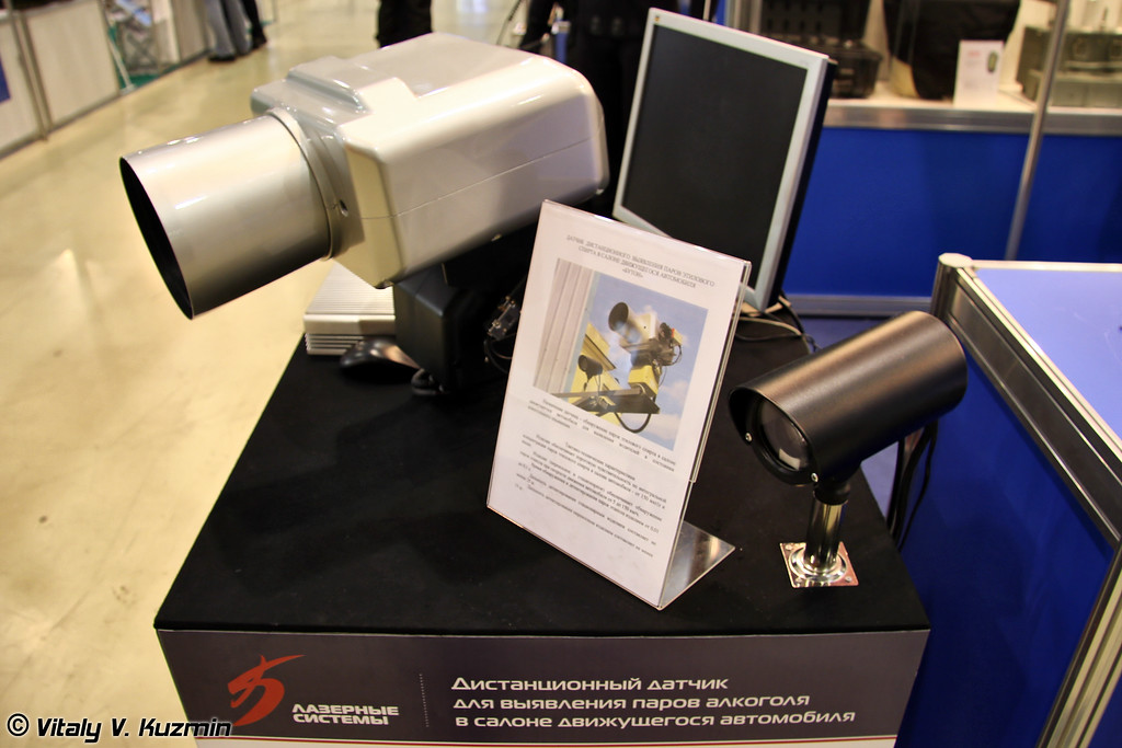 В отличие от прошлогоднего макета алколазера, в этом году продемонстрировали реально действующий прибор. Датчик дистанционного выявления паров этилового спирта в салоне автомобиля БУТОН в стационарном исполнении (Distant alcohol detector BUTON)