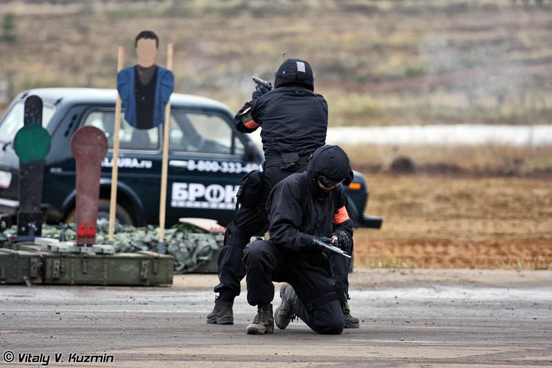 Военнослужащие 604-го ЦСН ВВ МВД России демонстрируют различные приемы ведения огня (Internal troops 604th Special purpose center officers demonstrate firing tactics)