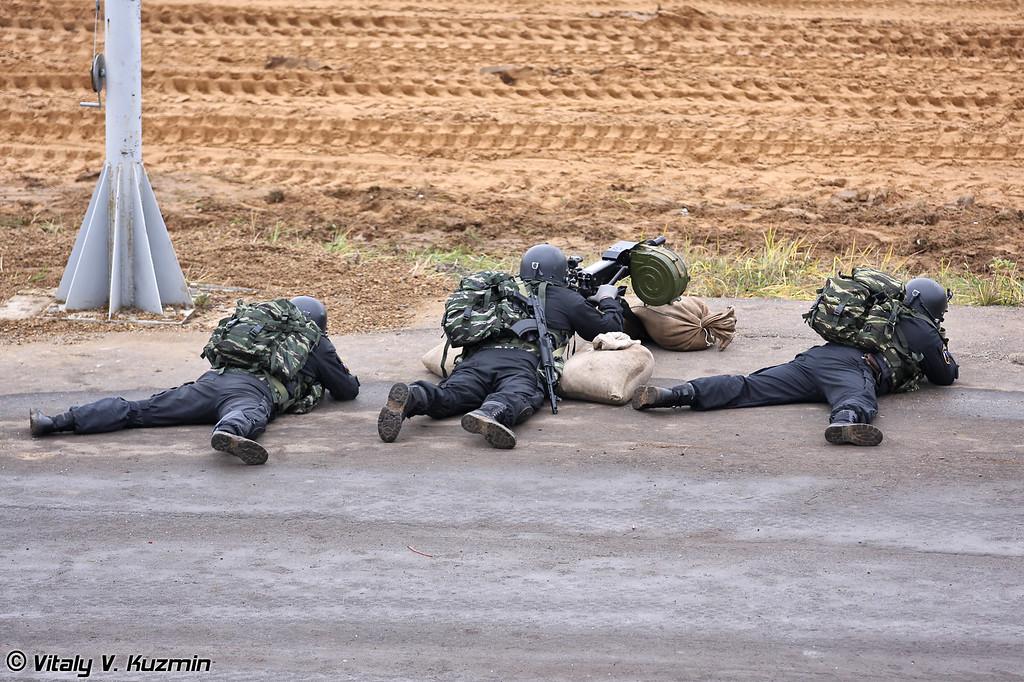 Сотрудники ОМОН Зубр МВД России демонстрируют стрельбу из гранатомета АГС-17 (OMON Zubr officer fires AGS-17 grenade launcher)
